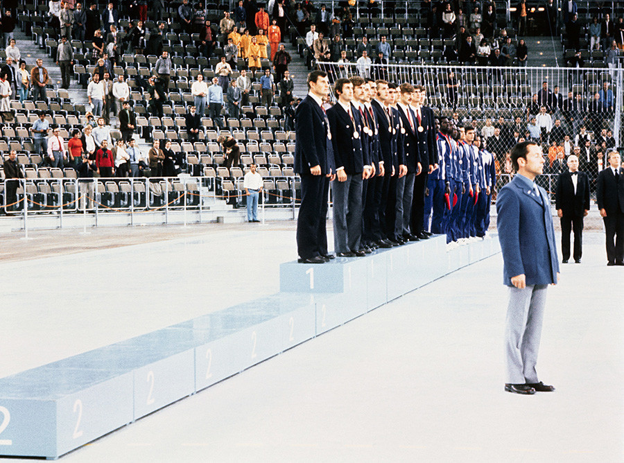 Ruska košarkaška reprezentacija na pobjedničkom postolju.