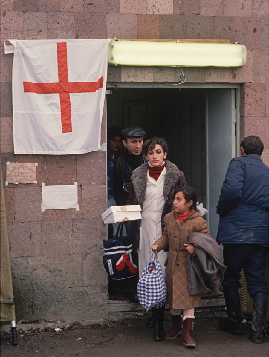 Une unité de la Croix-Rouge à Leninakan (aujourd'hui Gyumri ), en Arménie, victime d'un violent séisme en 1988.