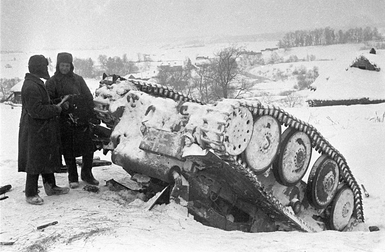 Dos soldatos soviéticos cerca de un tanque nazi destruido durante la Batalla de Mos scú.