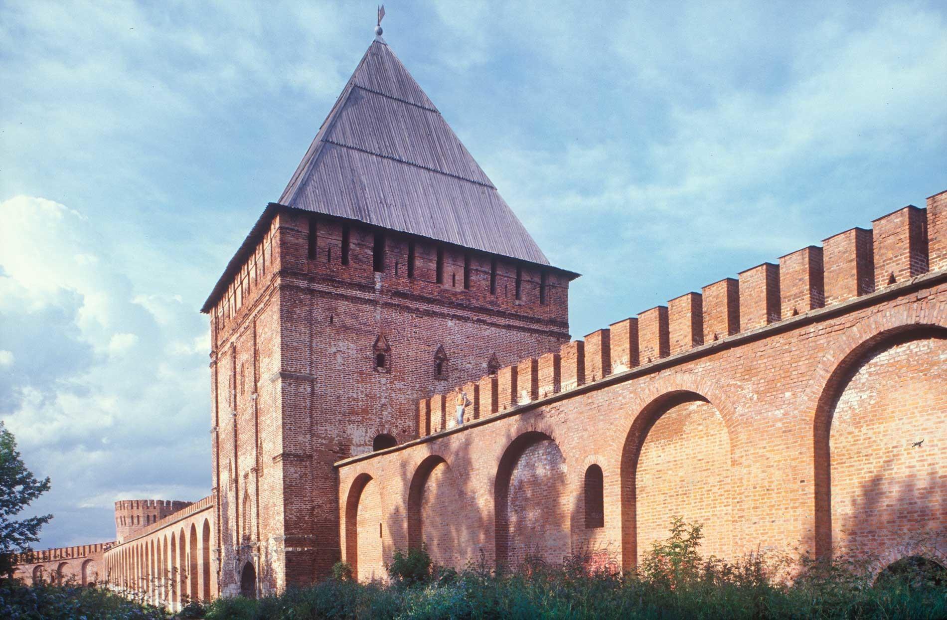 Ciudadela de Smolensk. Muro este de la fortaleza con la Torre Avraami. Fachada oeste. Fondo izquierdo: Torre del Águila (Oriol). 15 de julio de 2006.
