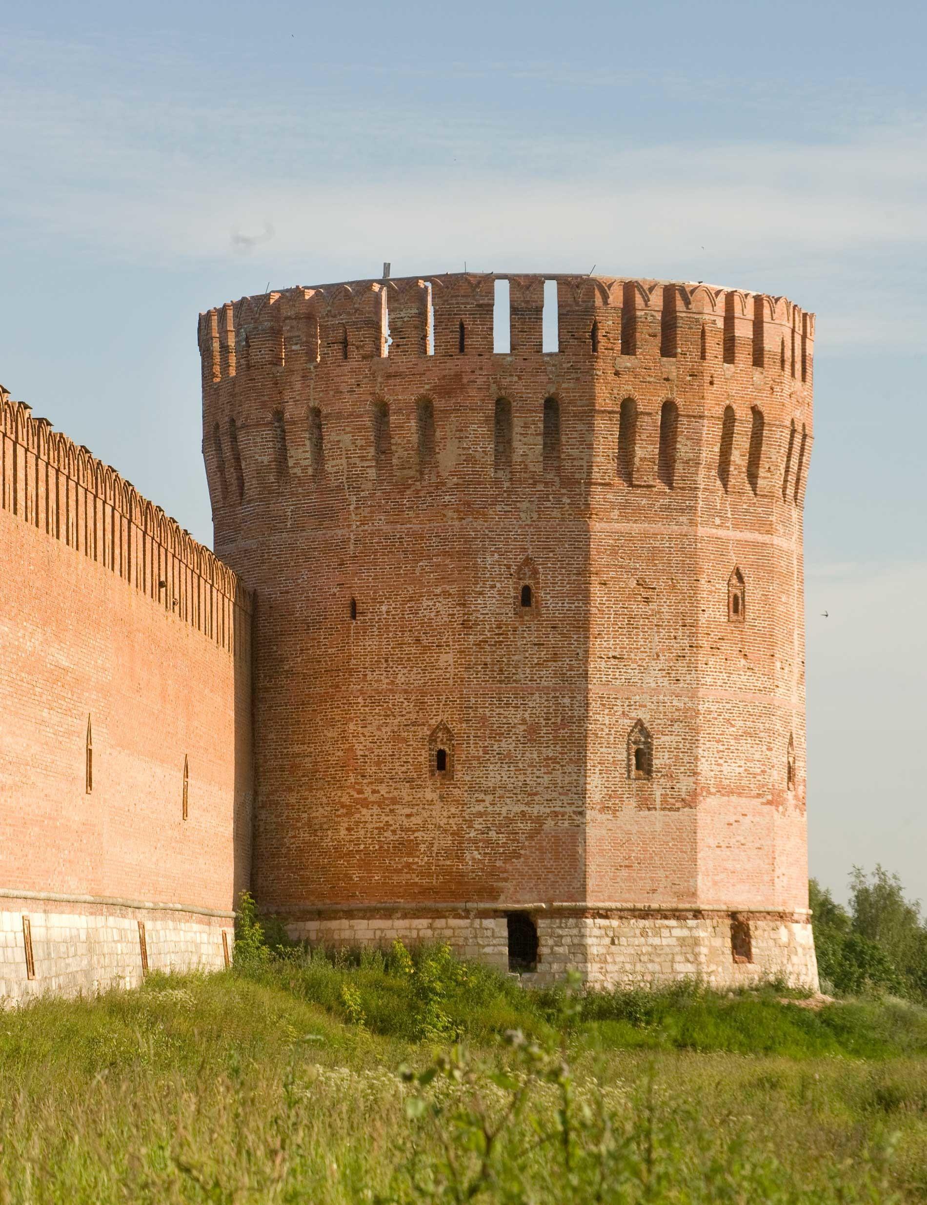 Ciudadela de Smolensk. Pared este con Torre del Águila. Fachada este. 1 de julio de 2014.