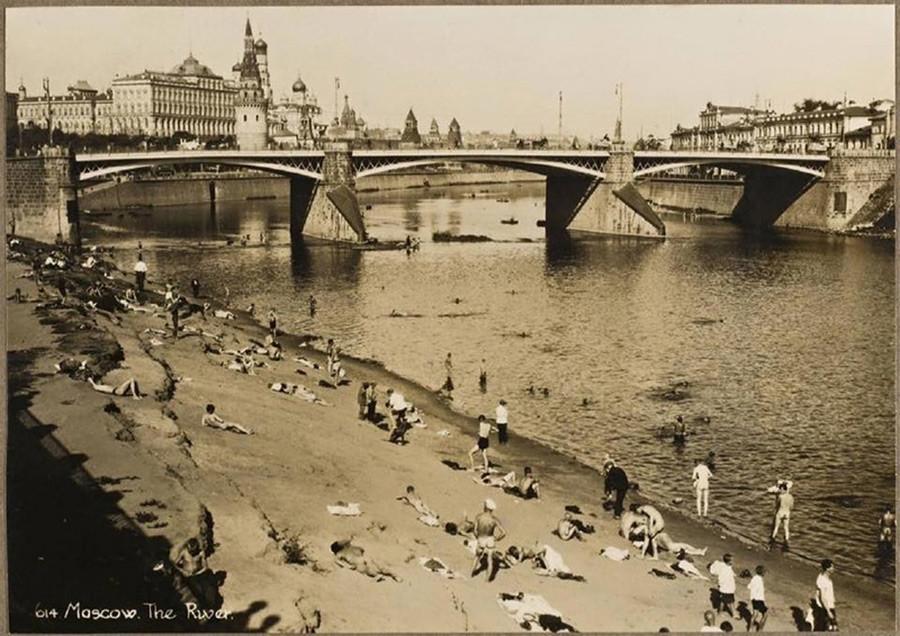 Playa nudista cerca de la Catedral de Cristo Salvador y el Kremlin de Moscú, los años 1920.