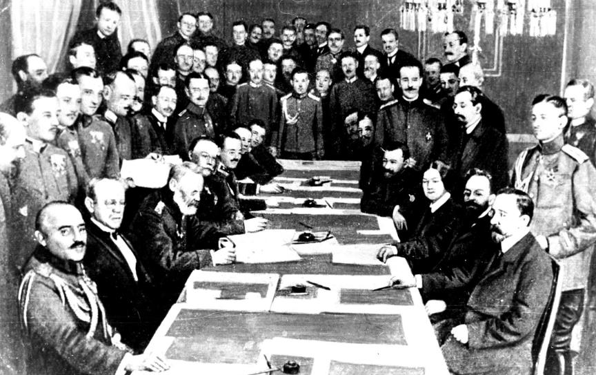 Pogajanja za sklenitev mira v Brest-Litovsku leta 1918. Nemci so desno, Rusi (boljševiki) pa na levi strani.