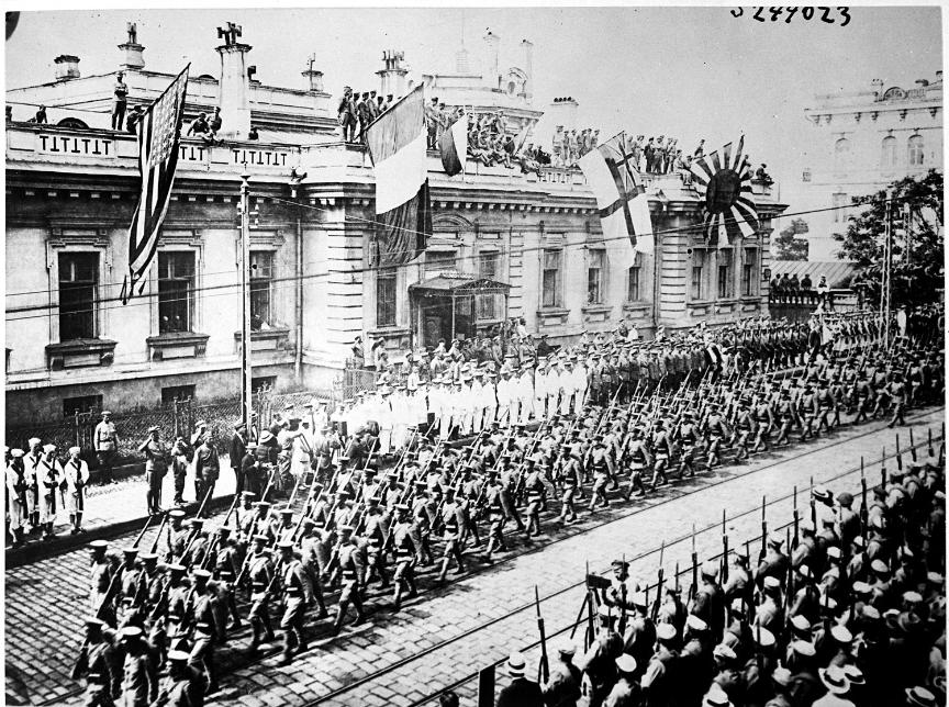 Vojaki iz različnih držav v Vladivostoku.