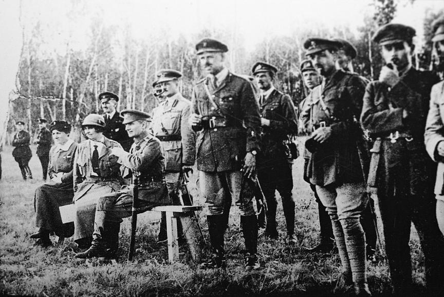 Admiral Aleksander Kolčak, vodja protiboljševističnega gibanja (desno, sedi) z britanskimi častniki na vzhodni fronti. Rusija, 1918.