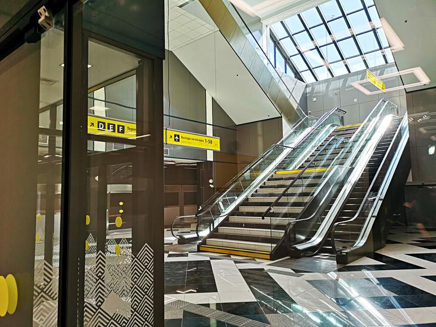Transferpassagiere verwenden separate Aufzüge und Treppen.