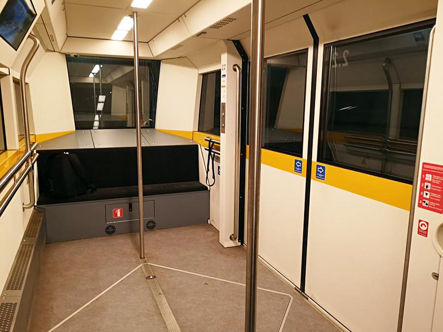 Jeder Wagen des Zuges, der die neuen und alten Terminals verbindet, hat acht Sitze und 19 Stehplätze. Jeder Zug besteht aus vier Waggons. Sie werden nicht länger als vier Minuten auf den nächsten Zug warten und auch die Fahrt dauert genau vier Minuten.