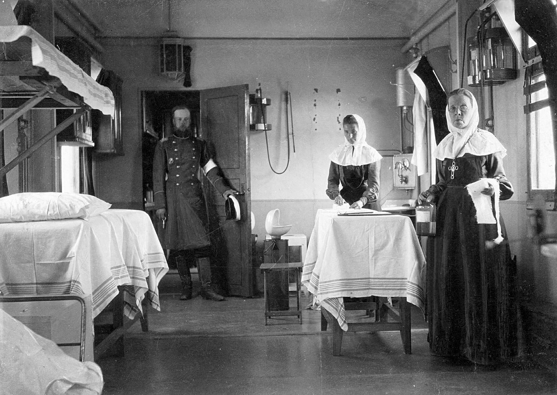 Paramédicos em um trem sanitário da Cruz Vermelha russa