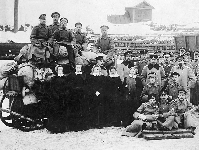 Membros de um destacamento da Cruz Vermelha russa durante a Primeira Guerra Mundial, por volta de 1915