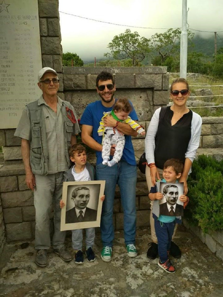 Три генерације породице Бргуљан с портретом свог претка, народног хероја Маша Бргуљана