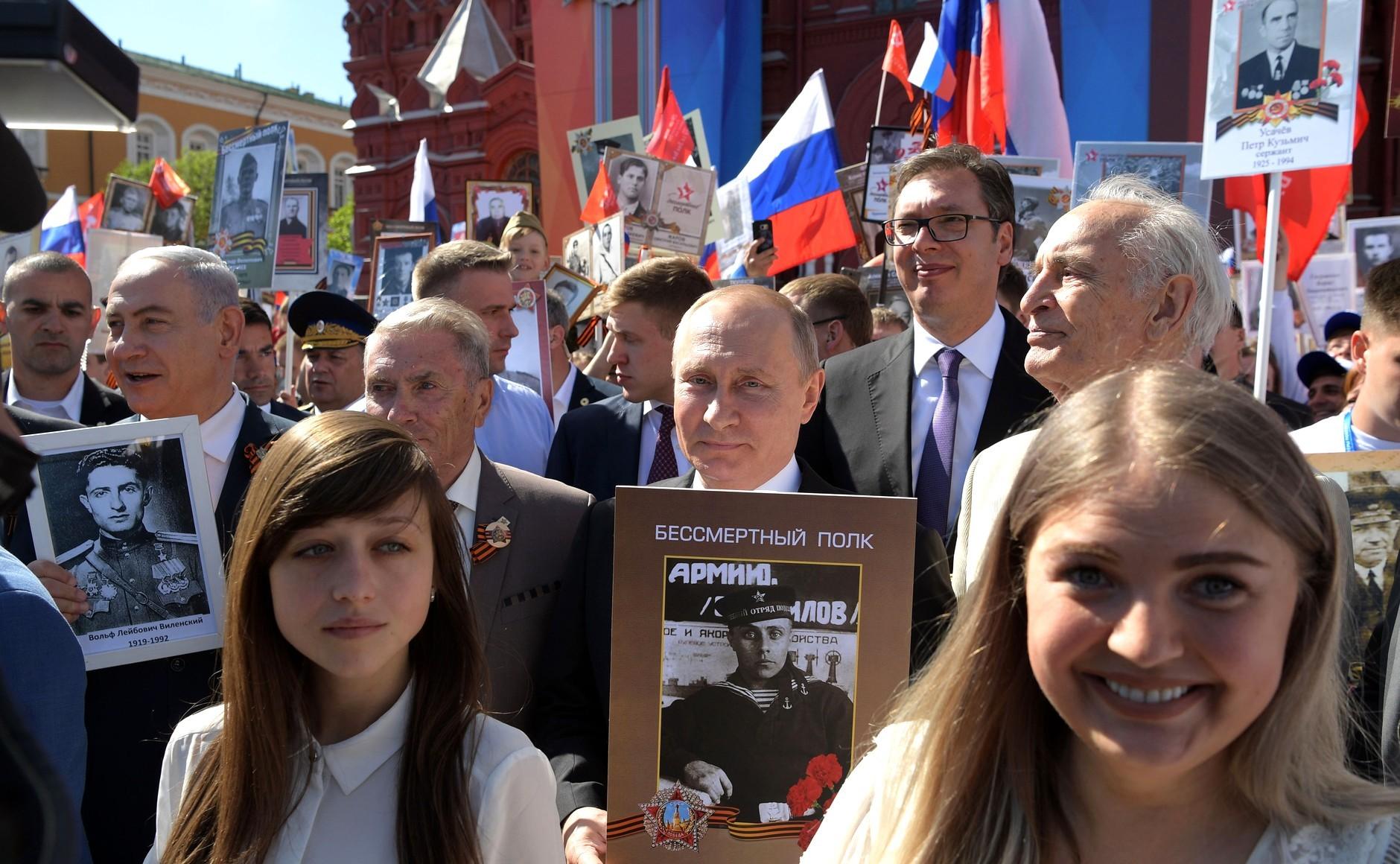 Нетанијаху, Путин, Вучић и Лановој (последњи десно) у поворци Бесмртног пука у Москви 9. маја 2018.