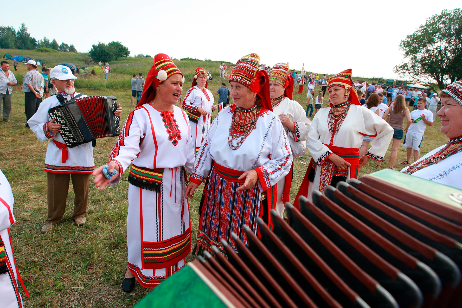 Penduduk desa Chukaly di festival tradisi. Republik Mordovia