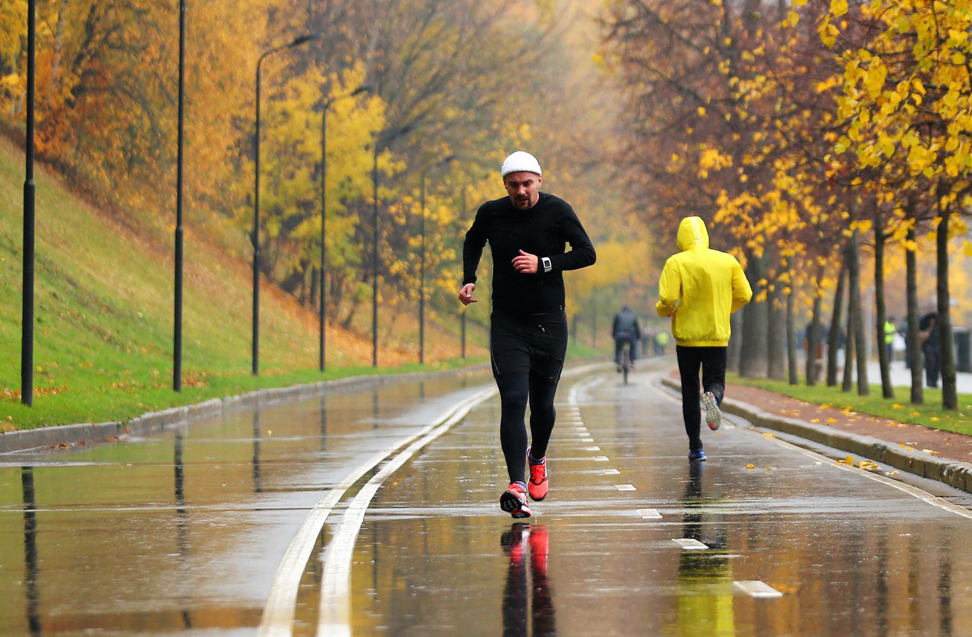Awali perjalanan Anda dari Stadion Luzhniki dan berjoginglah di sepanjang tepi sungai.