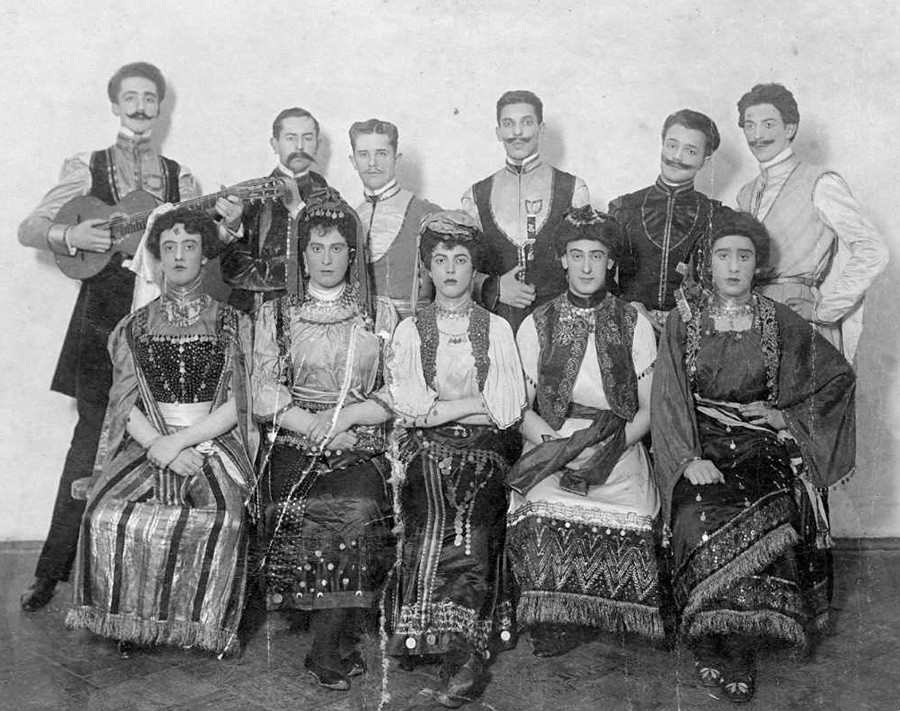 Ältere Schüler der Zaristischen Lehranstalt der Rechtslehre in Zigeuner, Männer- und Frauenkleidern. Hier studierten Anfang der 1910er die später bekannten Travestiekünstler Jewgenij Kiseljow und Boris Kaminskij.