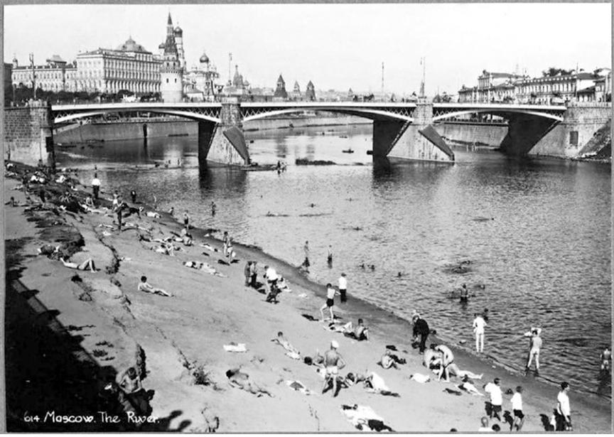 Nudistična plaža blizu Kremlja in katedrale Kristusa Odrešenika, okoli 1920.