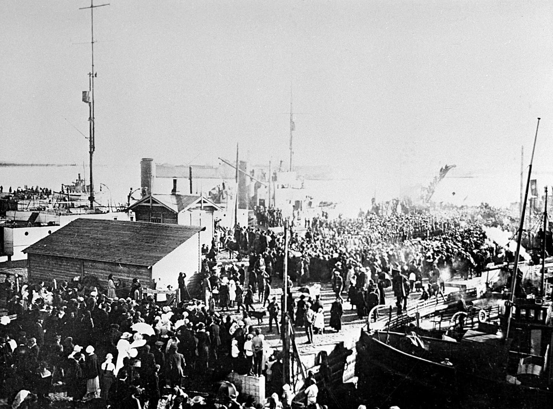 Ausländische Militärintervention in Russland (1918-1921): Englische Truppen landen im Hafen Arkhangelsk, 1918.