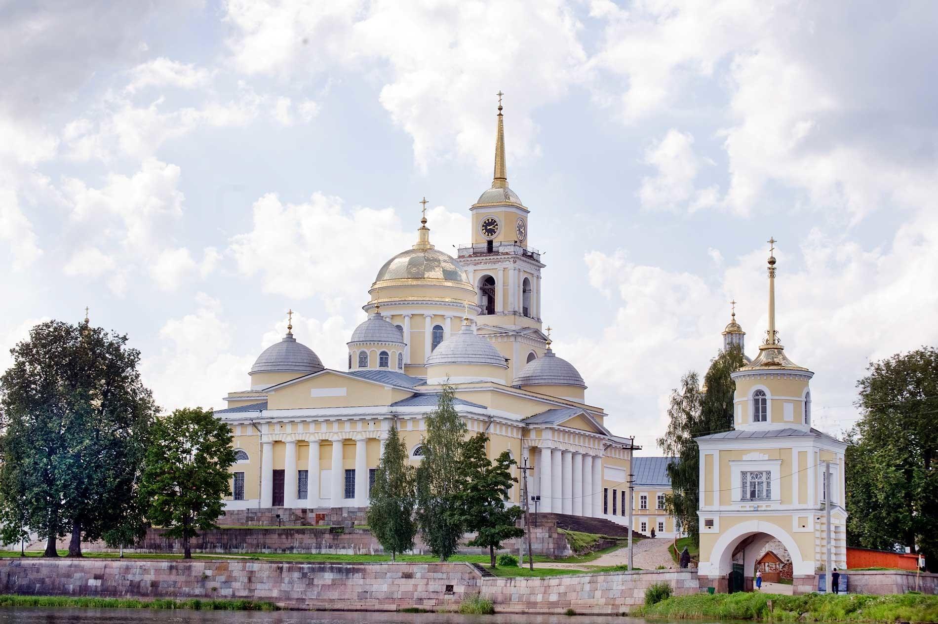 Nílova Pustin, vista este desde el pueblo de Svétlitsa. Catedral de la Epifanía y campanario, Torre Svétlitsa. 23 de agosto de 2016.