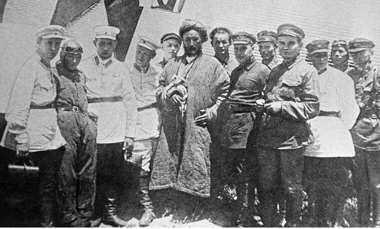 Skupina sovjetskih oficirjev OGPU z ujetim Ibrahimom Bekom (v sredini), vodjo uporniških Basmačijev.