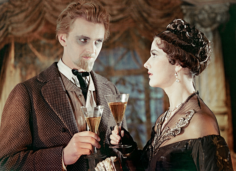 Os atores Iúri Iakóvlev, como Príncipe Michkin, e Iúlia Borísova, como Nastassia Filíppovna, no filme