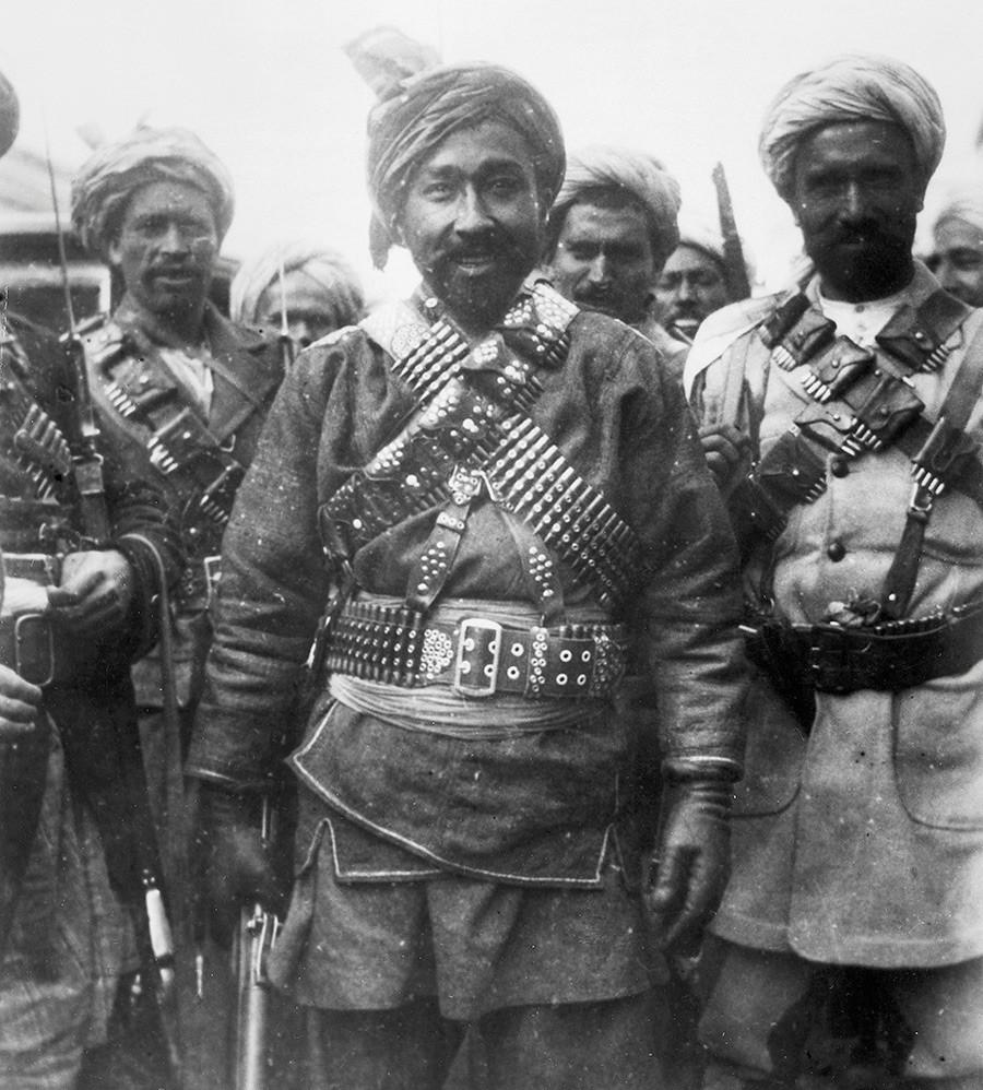 Nakon kratke vladavine koja je trajala 9 mjeseci, tadžikistanski ustanik Habibulah Kan i njegove afganistanske pristalice bježe od snaga Nadir Khana, koji je preoteo Kabul od Amanullaha i vladao Afganistanom od siječnja do listopada 1929. godine.