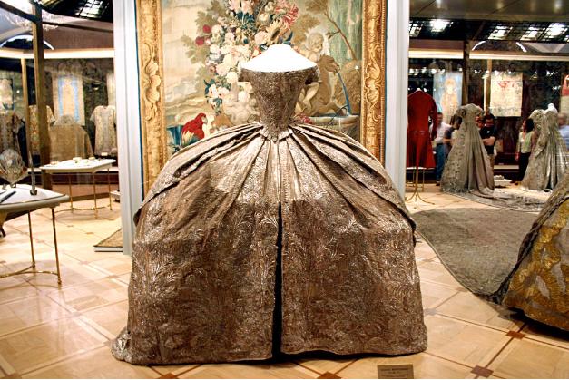 Poročna obleka Katarine Velike, ki se danes nahaja v orožarni moskovskega Kremlja.