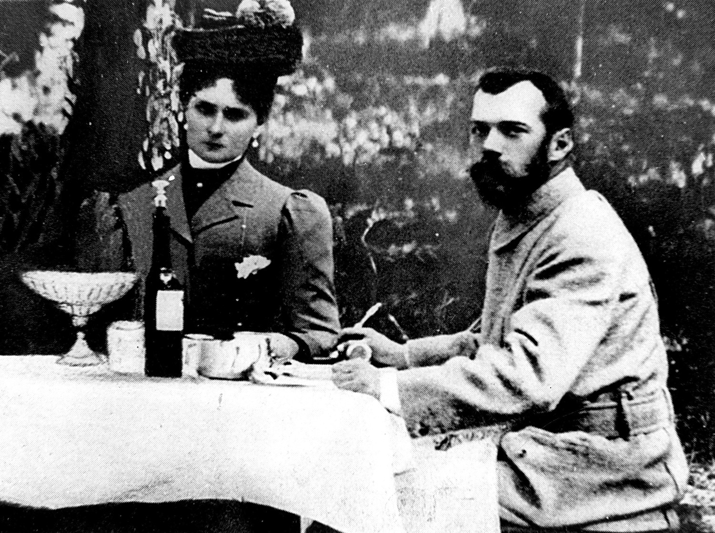 Nicolas II et sa femme Alexandra Fiodorovna à table