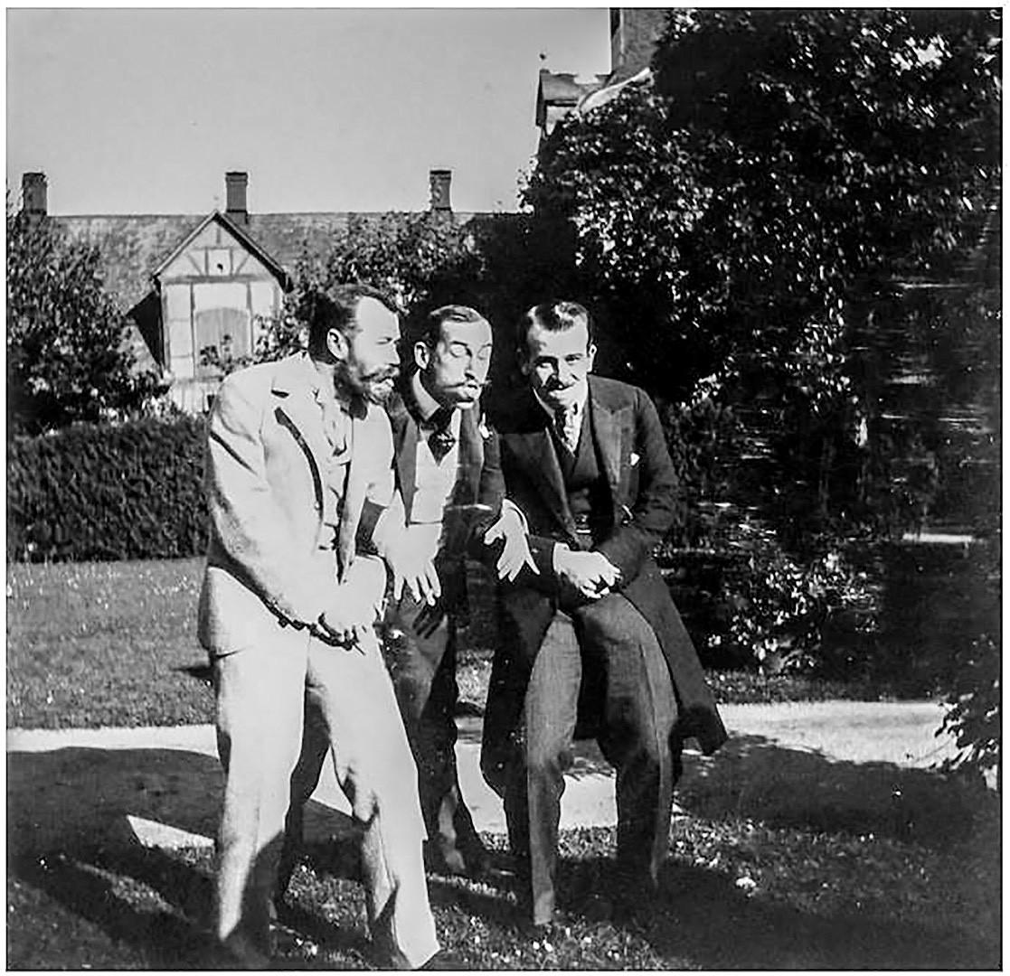 Nicolas II (à gauche) plaisantant avec ses amis, et notamment le prince Nicolas de Grèce (à droite).