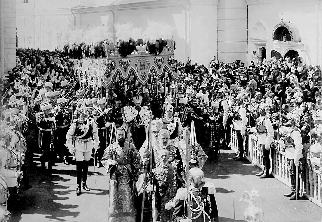 Tsar Nicolau 2º deixa a Catedral Uspenski após sua coroação