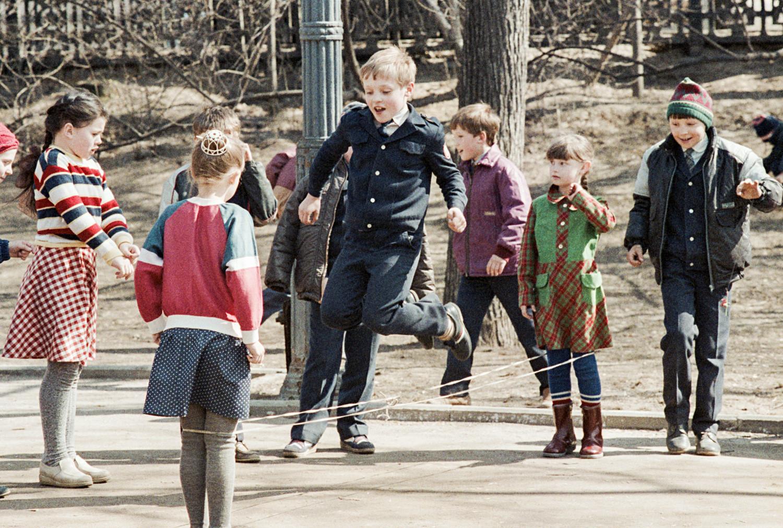 Crianças brincam depois da escola no Gogol Boulevard, em Moscou, em abril de 1988.