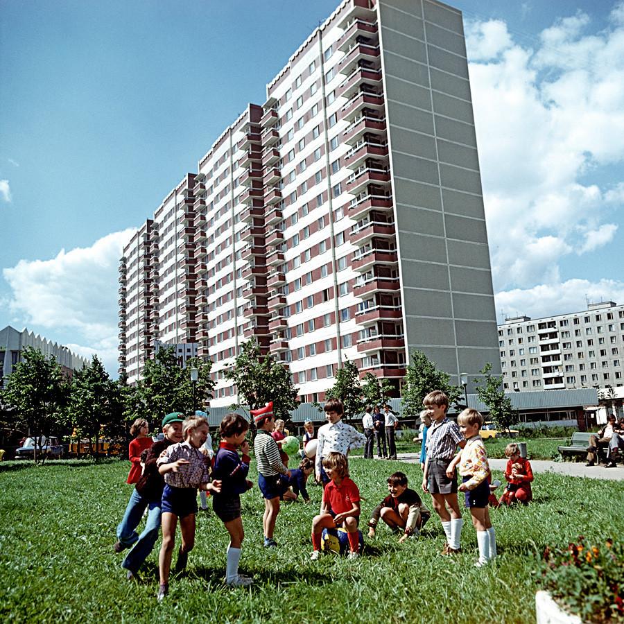 Crianças brincando ao ar livre.