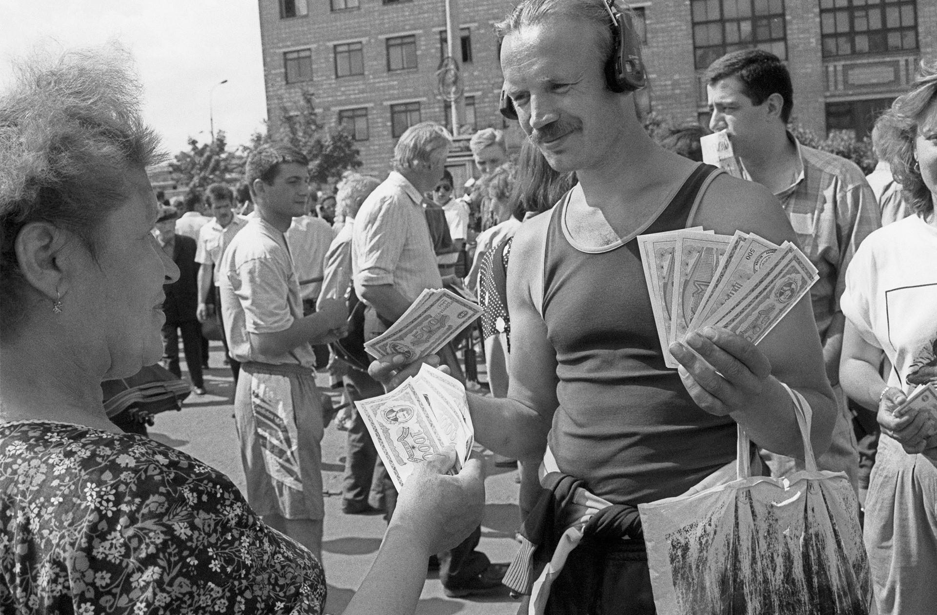 Prodajanje deležev ruske družbe MMM, d. d. blizu sedeža podjetja na Varšavski avtocesti v Moskvi. MMM je verjetno najslavnejši primer lažnivih finančnih shem devetdesetih let v Rusiji.
