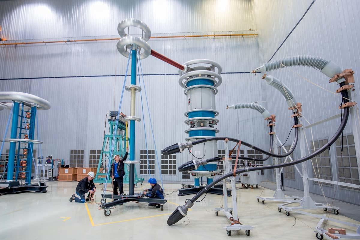 In Woronesch eröffnete Siemens im Jahr 2012 eine Fabrik für Transformatoren. Sie werden nicht nur in mobilen Umspannwerken und Lokomotiven, sondern auch als Komponenten für Stromnetze eingesetzt. Im Bild:  Vorbereitung zum Testen der Ausrüstung unter Hochspannung.