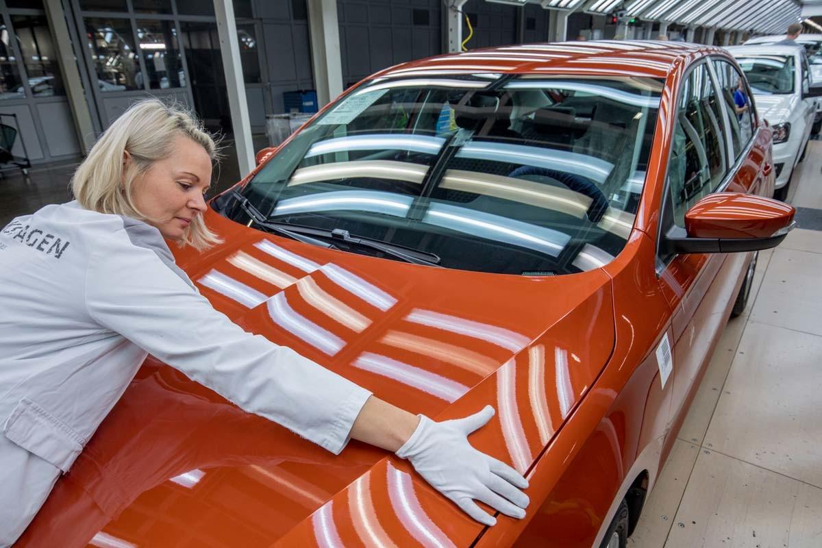 2007 hat Volkswagen seine Fabrik in Kaluga eröffnet und 2009 die Vollproduktion aufgenommen. Ein großer Teil der Komponenten stammt aus Russland. Bevor die Fahrzeuge vom Band rollen, kontrollieren Mitarbeiter sie gründlich.