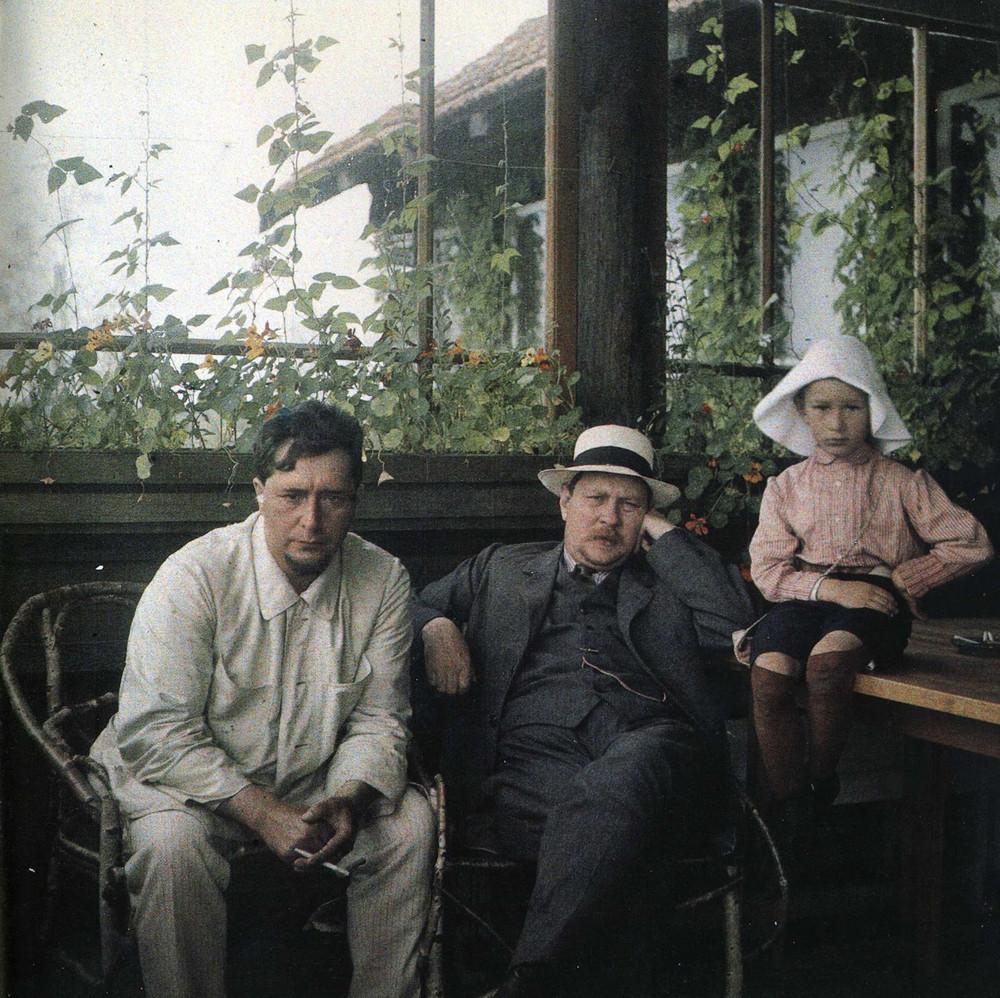 Andrejew (rasiert), Freund Philipp Dobrow und Daniil 1912 in ihrem Landhaus in Vammelsuu (heute Stadtteil Serowo von Sankt Petersburg)