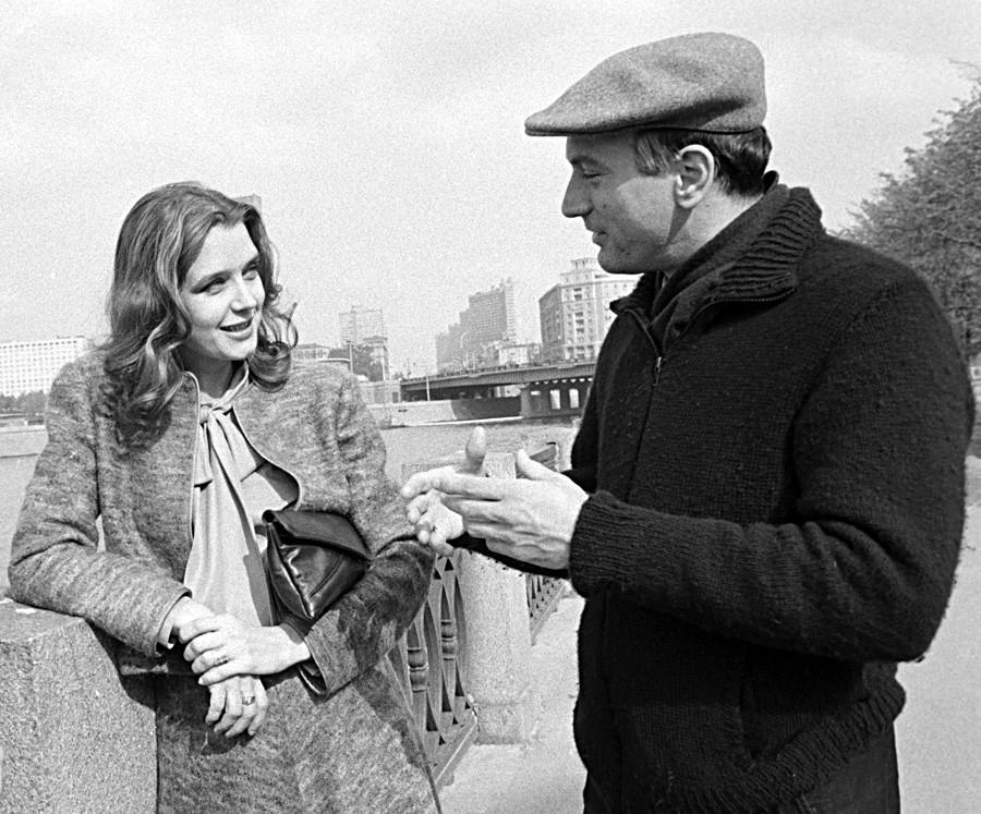L'attrice Irina Alfyorova del teatro Lenin Komsomol con Robert DeNiro sulle rive del fiume Moscova, settembre 1983