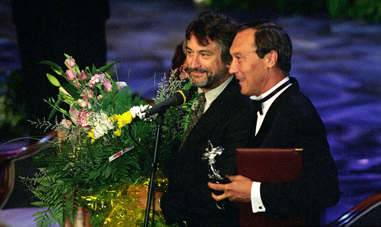 Robert de Niro insieme all'attore russo Oleg Yankovsky durante la cerimonia di chiusura del 20esimo Festival internazionale del cinema di Mosca