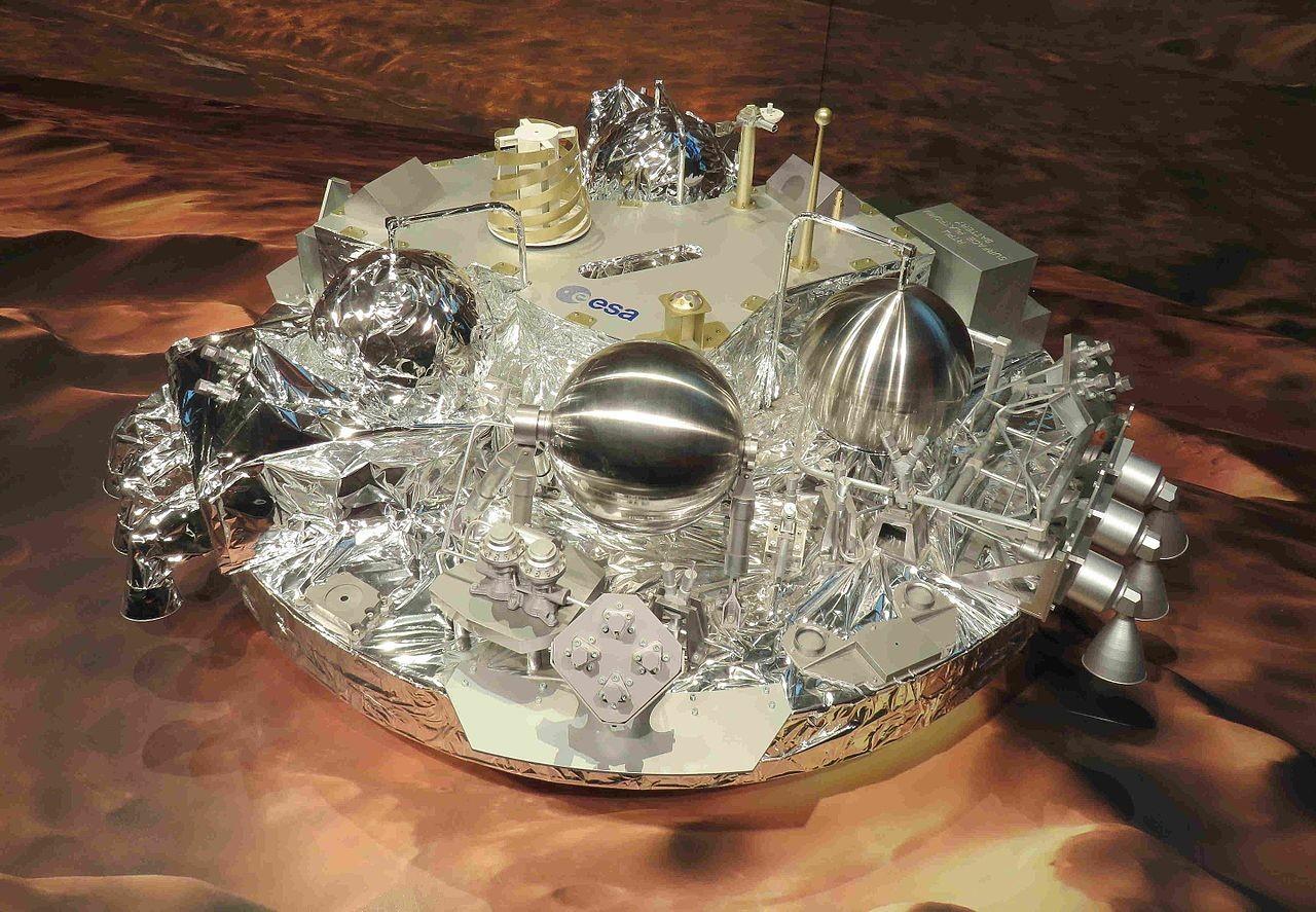 Model sonde ExoMars Schiaparelli, ki je na Zemljo uspela poslati 600 MB podatkov, a je doživela trd pristanek na Marsu.