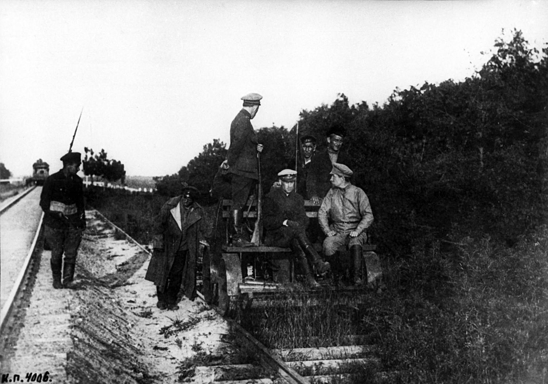 Equipo y armamento capturado por los soldados del Ejército Rojos a las fuerzas invasoras, 1919.