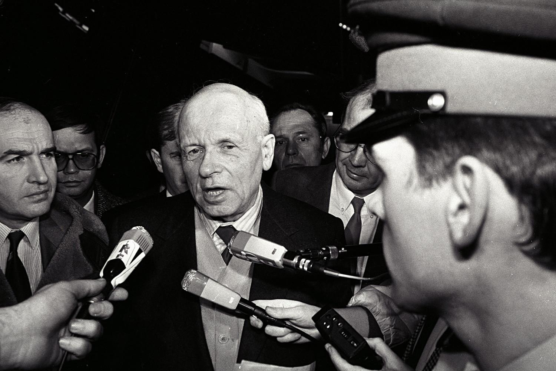 Andrej Saharov stiže stiže u zračnu luku Orly u Parizu kako bi sudjelovao u svečanostima povodom 40. obljetnice UN-ovog usvajanja Opće deklaracije o pravima čovjeka. (9. prosinca 1988.)