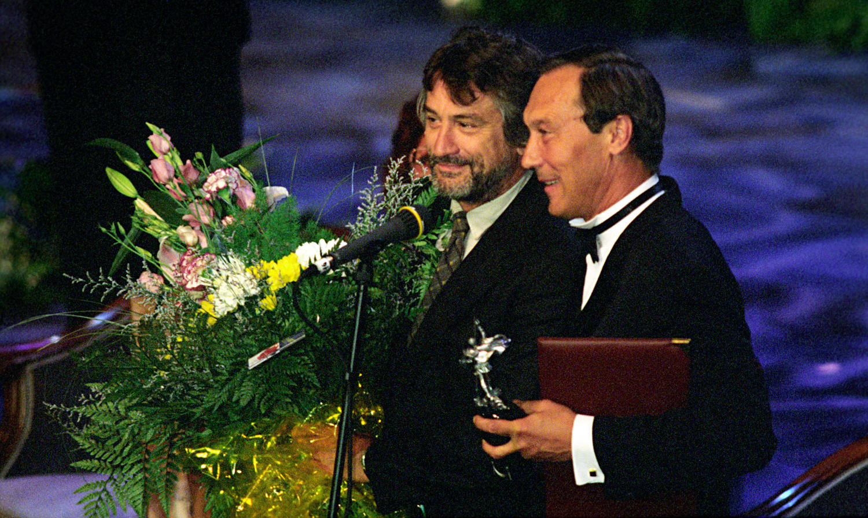 Robert de Niro e Oleg Iankovski na cerimônia de encerramento do 20º Festival Internacional de Cinema de Moscou, em 1997