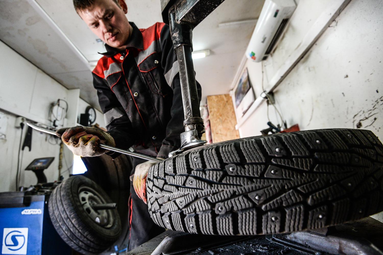 Substituição de pneu em uma oficina mecânica em Velíki Nôvgorod.
