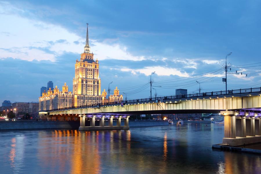 """Em uma das """"sete irmãs"""" de Stálin fica instalado o Hotel Ukraina."""