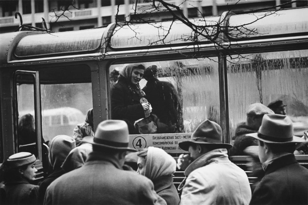 トロリーバスの車掌、1958年