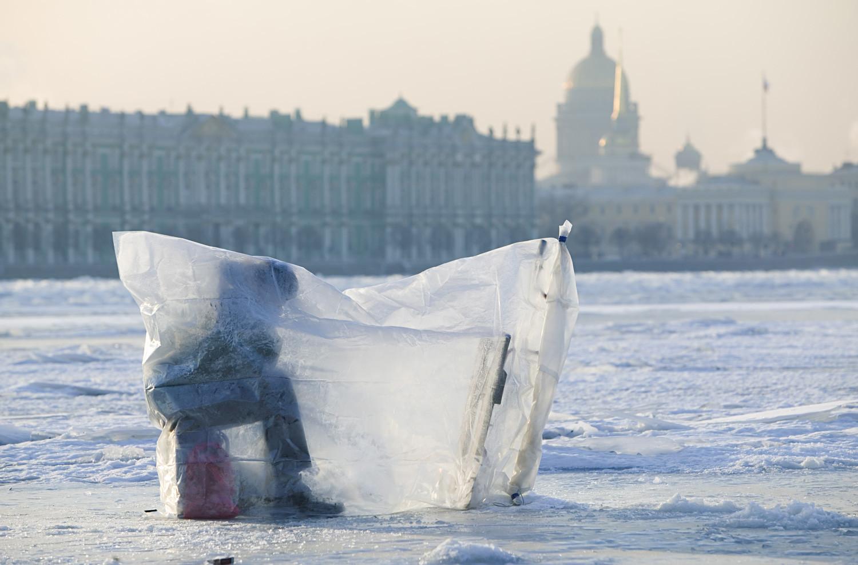 Зимен риболов на р. Нева. Зимният дворец в Санкт Петербург, Русия
