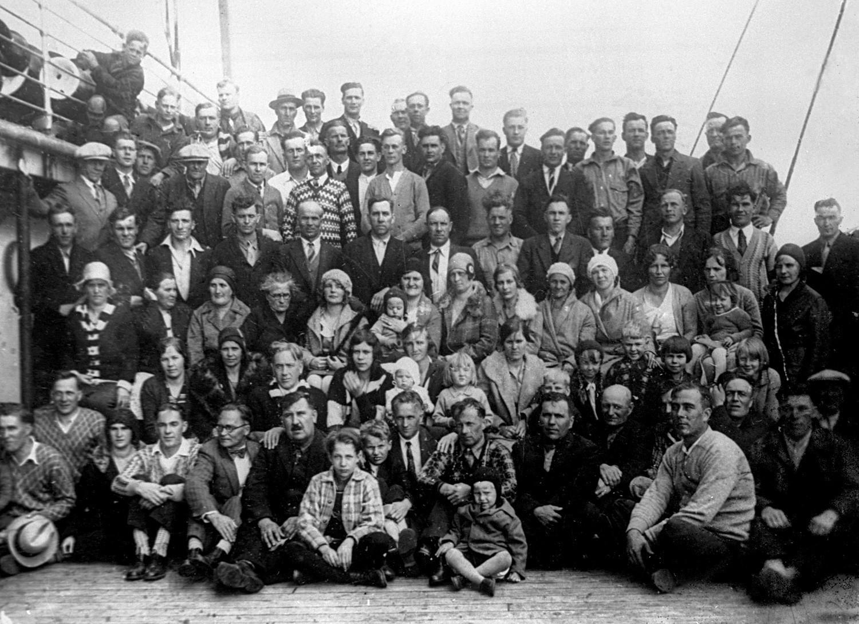 Prva skupina delavcev iz ZDA in Kanade na poti v Sovjetsko zvezo. Razvidno je, da so bili črnci v manjšini.