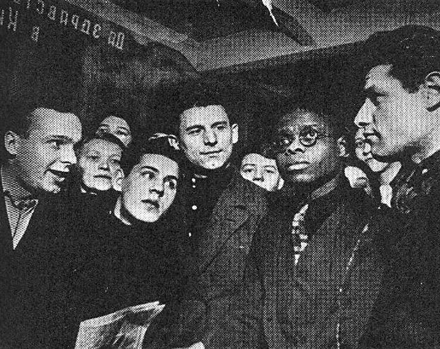 Črnec med rdečimi, Robinson med Sovjeti.