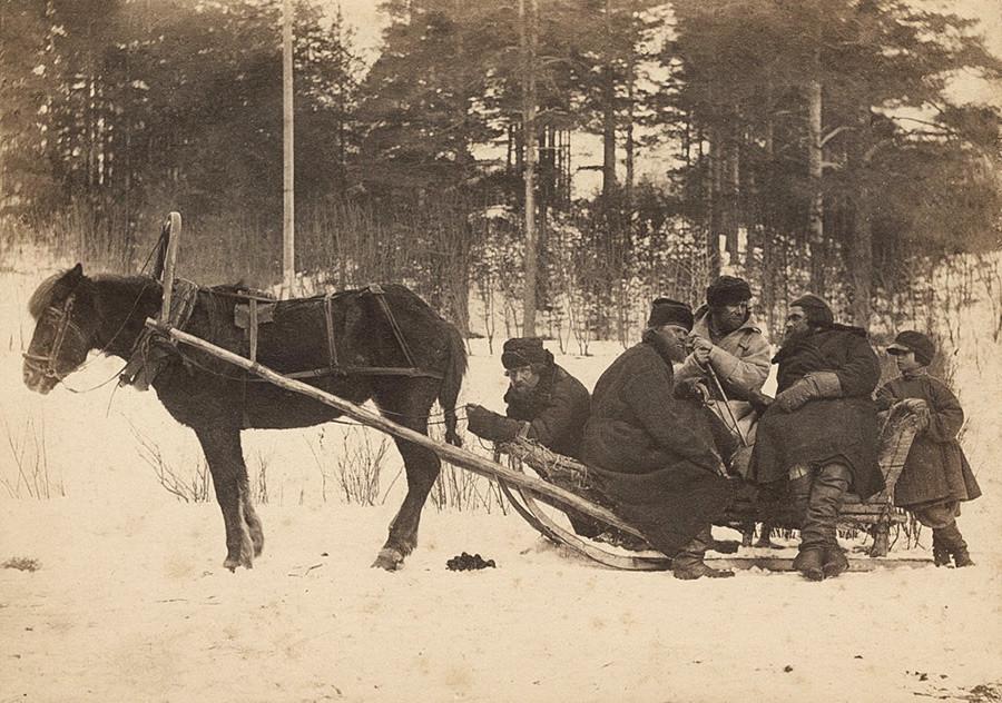 Camponeses em um trenó