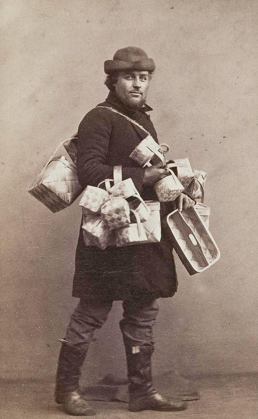 Vendedor ambulante com caixas de casca de bétula
