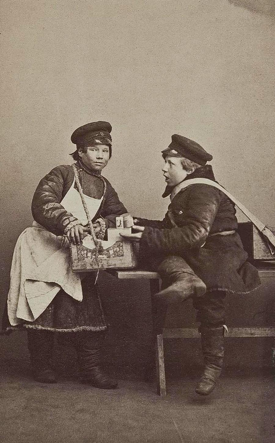 Jovens vendedores ambulantes