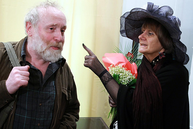 Petruchévskaia com o animador Iúri Norstein na abertura de um show da escritora em seu aniversário no Museu da Literatura.